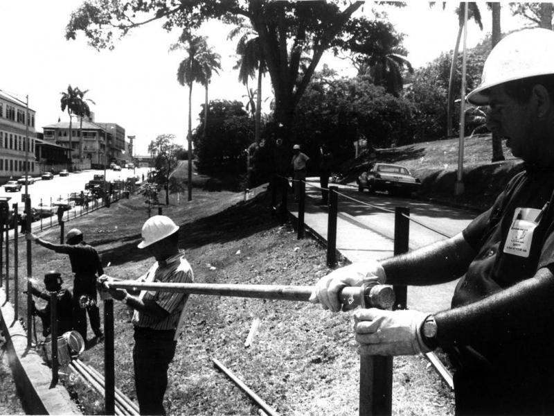 En 1979 se retiraba parte de la cerca en la hoy avenida de Los Mártires.