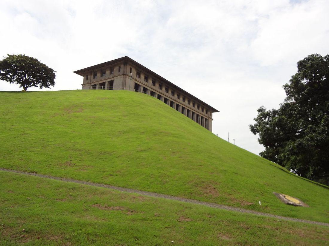 1280px-Edificio_de_la_Administración_parte_trasera2.JPG